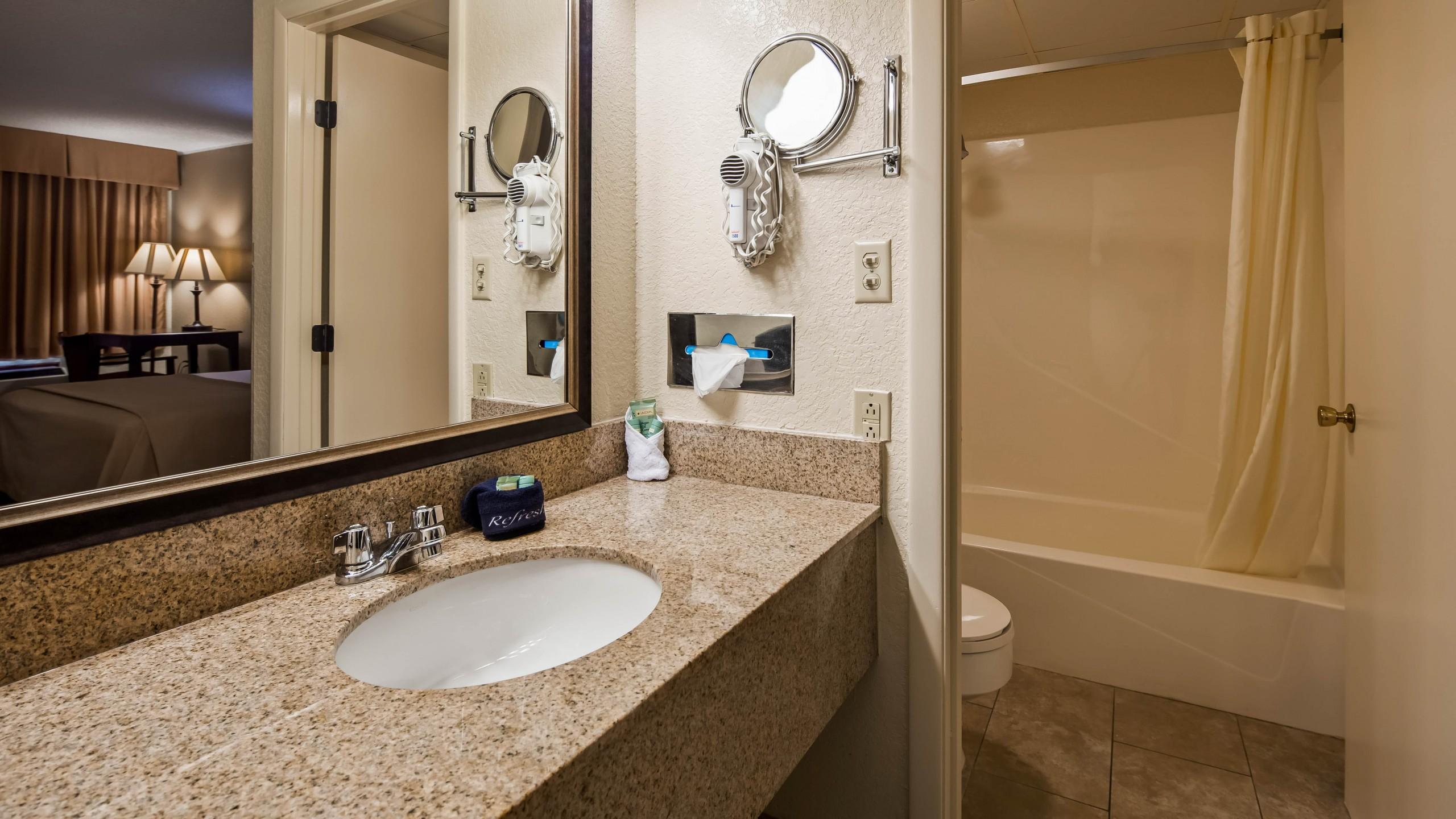 Best Western Center Pointe Inn king bathroom