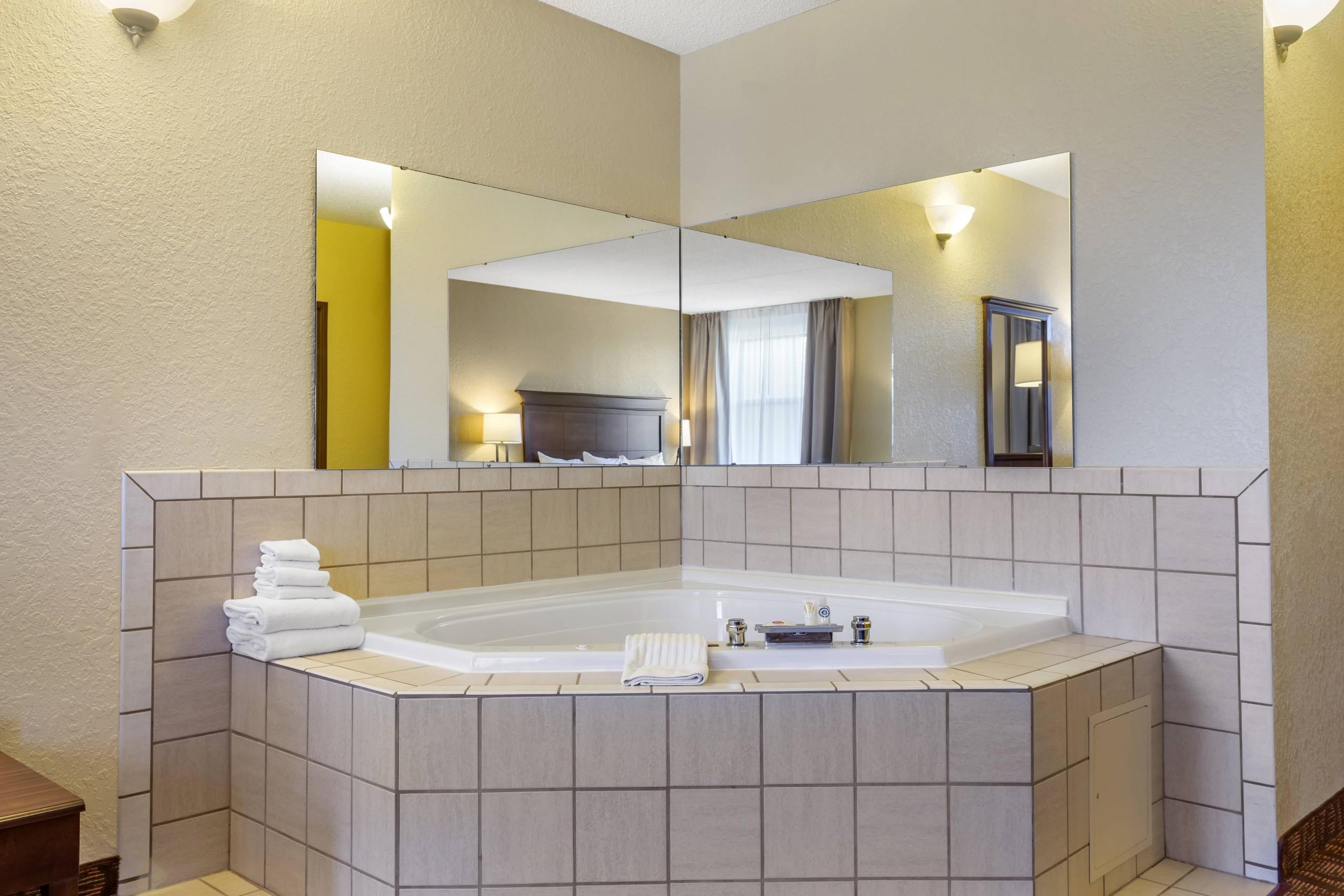 Comfort Inn & Suites Branson Meadows Honeymoon King